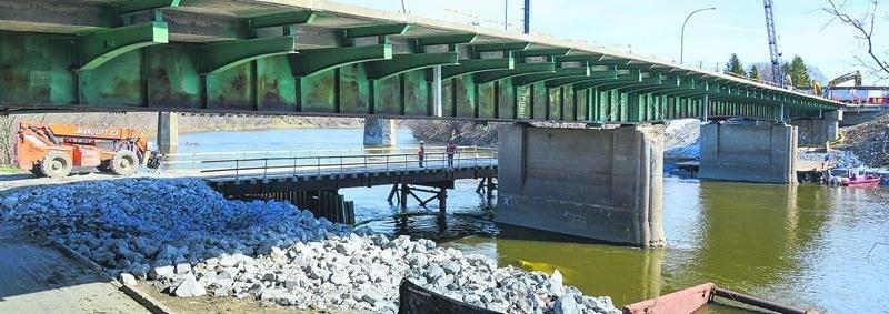 Le pont Bouchard à l'état de squelette, tel qu'il apparaissait hier matin. L'entrepreneur a aménagé une plate-forme du côté nord, en contrebas du pont, pour faciliter l'accès au chantier. Photo François Larivière | Le Courrier ©