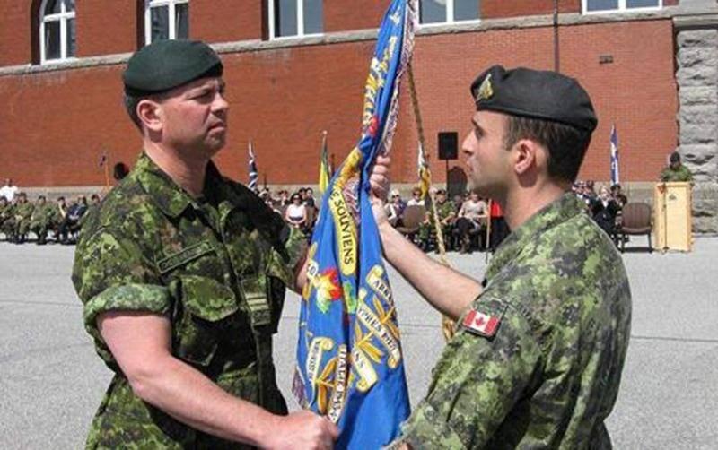 Sur la photo, on aperçoit à gauche, le nouveau Commandant, le Lieutenant-colonel Christian Mercier recevant les couleurs consacrées du 6<sup>e</sup> Royal 22<sup>e</sup>Régiment des mains du Commandant sortant, le Lieutenant-colonel Dan Chafaï.