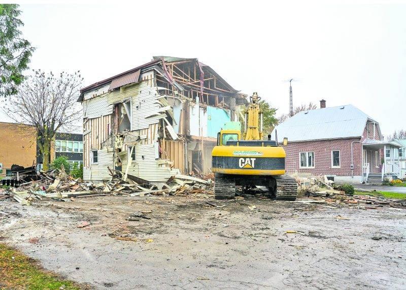 Deux maisons de la rue Principale ont été démolies pour faire place au centre multifonctionnel qui sera relié à l'école La Rocade, elle-même agrandie de l'intérieur. Photo François Larivière | Le Courrier ©