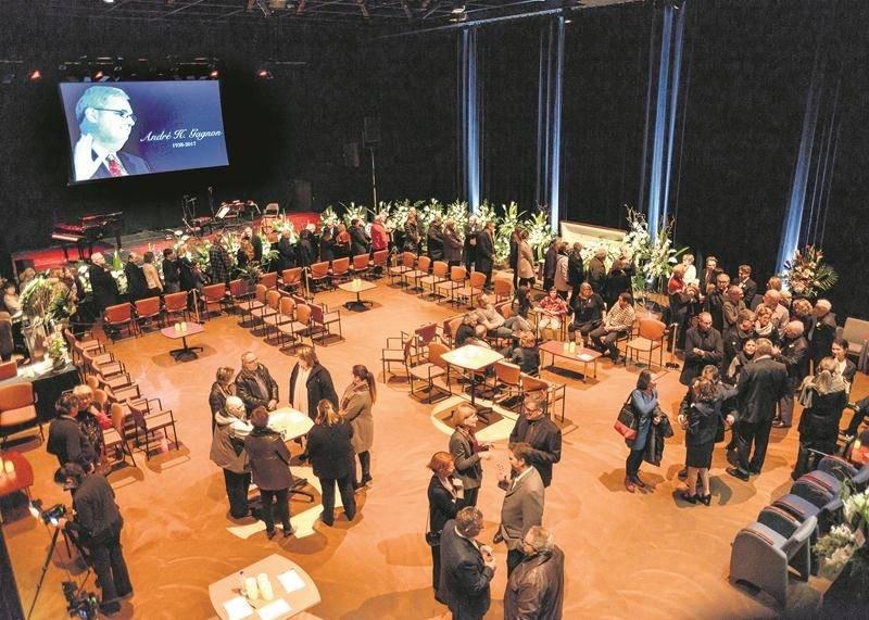 Environ 1 300 personnes se sont déplacées au Centre des arts lundi et mardi pour témoigner de leur affection à la famille Gagnon. Photo François Larivière - Le Courrier