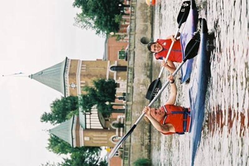Le Centre nautique, situé au 3198, rue Girouard Ouest (près de la Porte des anciens maires), ouvre ses portes du 18 juin au 28 août, de midi à 19 h. Venez profiter des belles journées et découvrez la rivière sous un autre angle en louant une embarcation telle qu'un pédalo, un kayak, une chaloupe ou un rabaska (canot à 10 places) pour 6 $ l'heure avec carte « Accès-Loisirs » ou 9 $ sans carte « Accès-Loisirs ». Vous pouvez également faire une balade en ponton avec une douzaine de vos amis pour 36