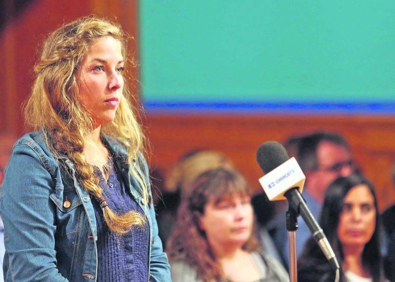 Kathleen Martin, du Centre de femmes l'Autonomie en soiE, a interpellé le maire Corbeil à la période des questions. Photo Robert Gosselin | Le Courrier ©