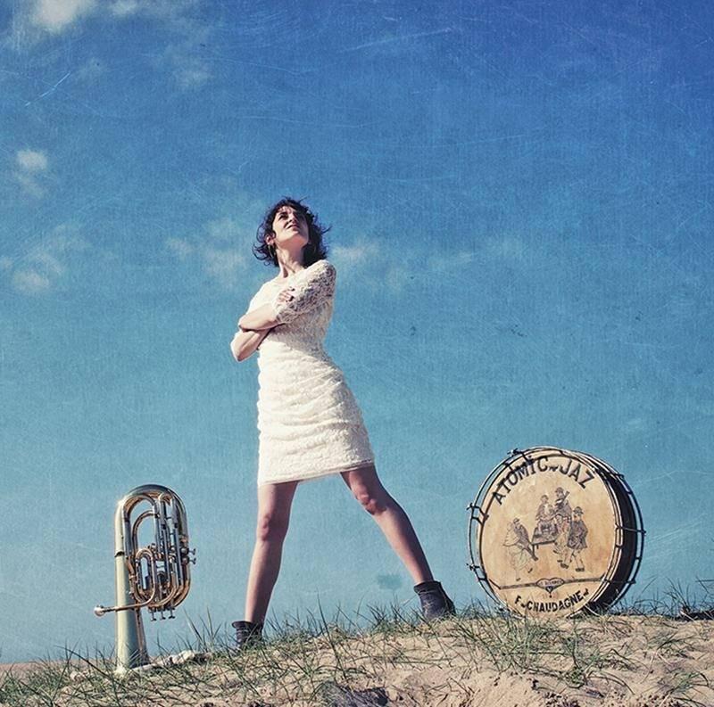 Chloé Lacan sera entourée de deux multi-instrumentalistes pour son spectacle Ménage à trois qu'elle présentera au Centre des arts Juliette-Lassonde le 15 mars. Photo Courtoisie