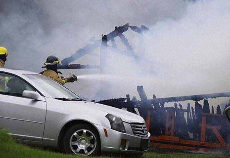 Un garage situé sur le rang de Michaudville à Saint-Barnabé-Sud a été complètement ravagé, hier mercredi, en début d'après-midi. En moins d'une heure, le bâtiment a été rasé et les flammes ont causé des dommages à la résidence se trouvant sur le même terrain, de même qu'à une autre propriété à proximité. Une voiture a également été endommagée. La cause de l'incendie n'avait pas été déterminée au moment d'écrire ces lignes. Un passant a alerté des policiers se trouvant non loin de l'incendie vers