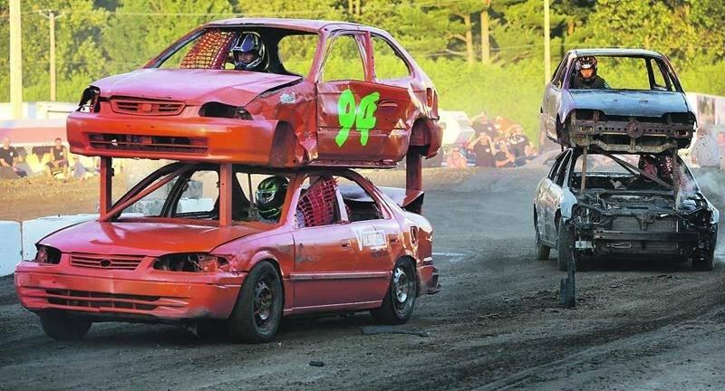 Les « autos-sandwich » sont toujours une compétition du Super Derby de démolition très populaire par son aspect inusité. Photo Robert Gosselin | Le Courrier ©