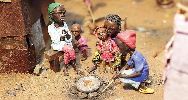 D'infimes détails construisent les oeuvres de Karine Giboulo à commencer par ces figurines qui nécessitent pour chacune d'entre elles une journée de travail. Photo Robert Gosselin | Le Courrier ©