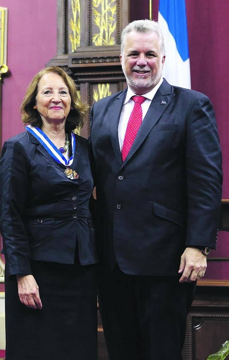 Le premier ministre du Québec, Philippe Couillard, a remis en main propre l'insigne à Mme Saint-Pierre. Photo courtoisie