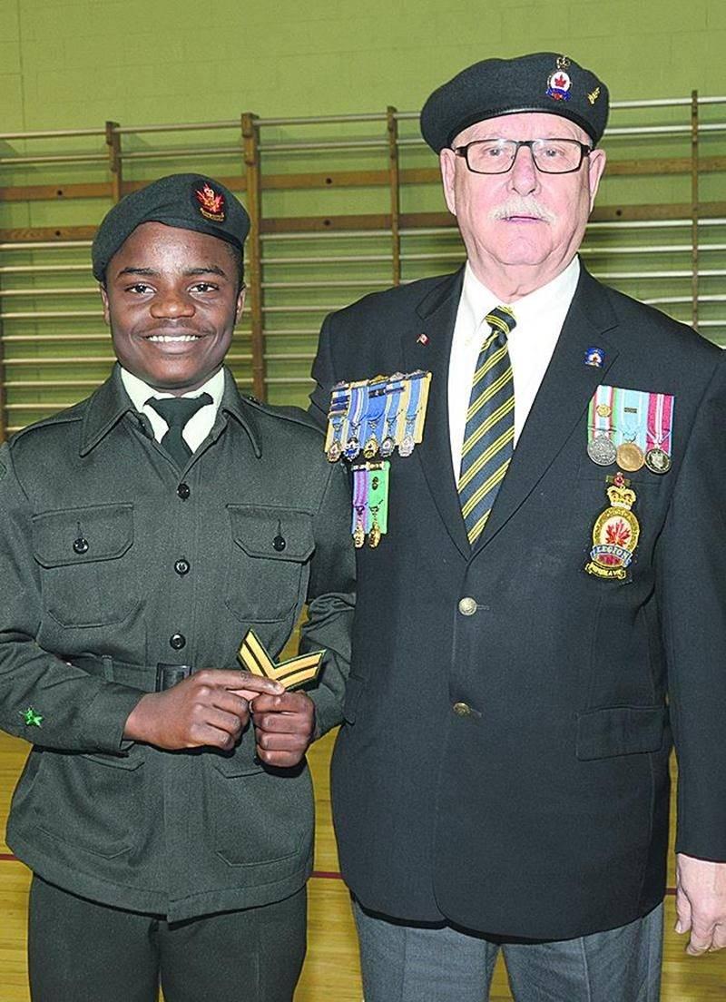 Le cadet Pierre Marius Taku Tchouela a reçu son grade de caporal des mains de Roger Soucy, président de la Légion Royale Canadienne - Filiale 2 Saint-Hyacinthe.