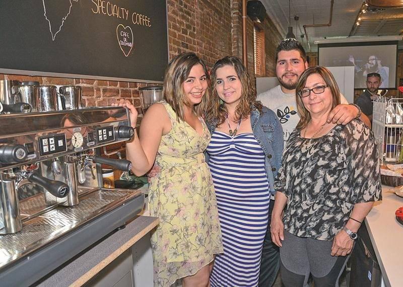 Lorena Meneses, à gauche, est appuyée par sa famille dans son entreprise. Son frère Jorge travaille d'ailleurs avec elle au café. Photo François Larivière   Le Courrier ©