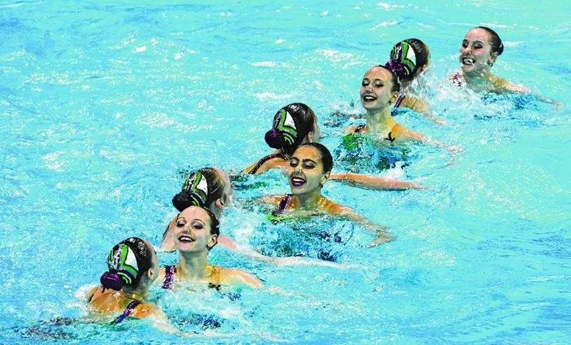 Genève Desautels (première nageuse vue de face à l'avant) a récolté deux médailles par équipe à sa première participation au championnat canadien espoir de nage synchronisée. Photo Courtoisie