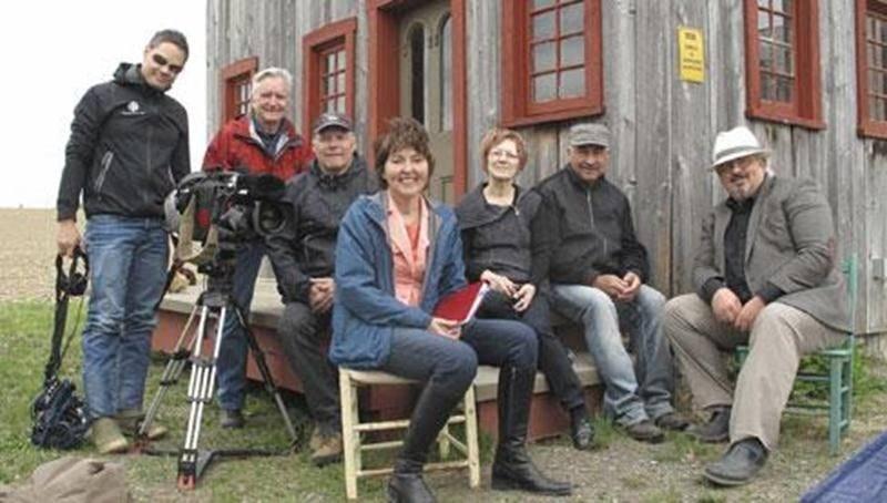 L'équipe de La semaine verte, formée de quatre personnes, est à gauche. Assise, on reconnaît la journaliste Rachel Brillant. Robert Mayrand est à droite sur cette photo. Ils entourent Jeannine Gosselin et Bernard Lajoie, tous deux férus d'histoire et soucieux de la sauvegarde de notre patrimoine.