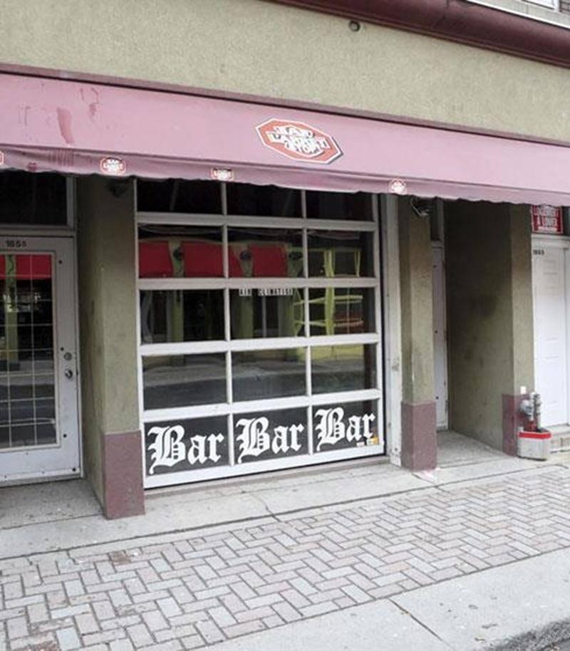 La victime a été retrouvée tout juste à l'extérieur du bar l'Arrêt-Stop sur la rue Des Cascades vendredi matin vers 3 h.