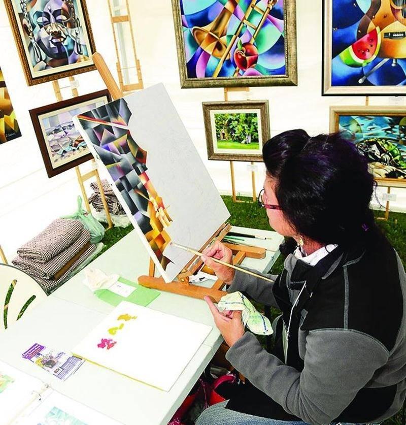 Une cinquantaine d'artistes en arts visuels de la région et d'ailleurs au Québec étaient réunis pour l'activité. Photo Robert Gosselin | Le Courrier ©