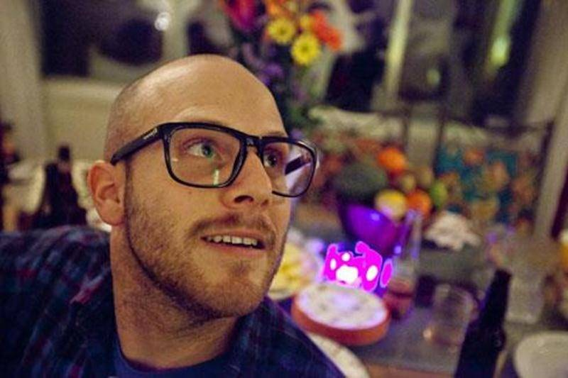 Le chanteur Matt Track privilégie une approche minimaliste et humaine dans la conception de ses chansons.