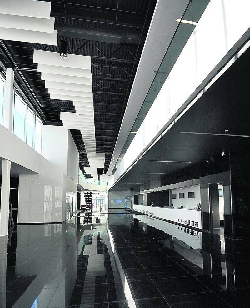 L'immense hall d'entrée de Centrexpo permet d'organiser des cocktails pouvant recevoir jusqu'à 1500 personnes. Le sol est fait de dalles de granit noir et offre un jeu de reflets intéressants.  Photo François Larivière   Le Courrier ©