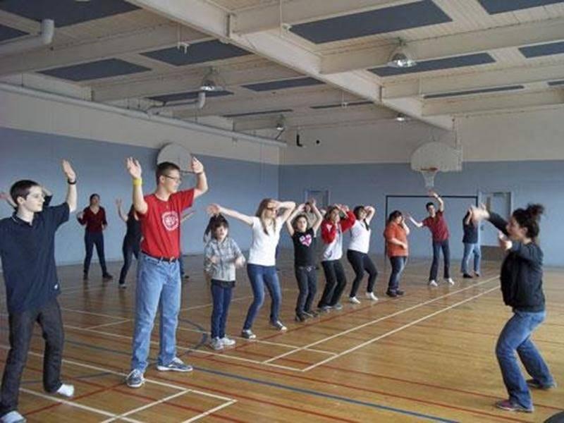 Les élèves de l'école secondaire Fadette ont décidé de donner de leur temps pour aider des enfants de l'école René-St-Pierre à découvrir la danse Zumba.