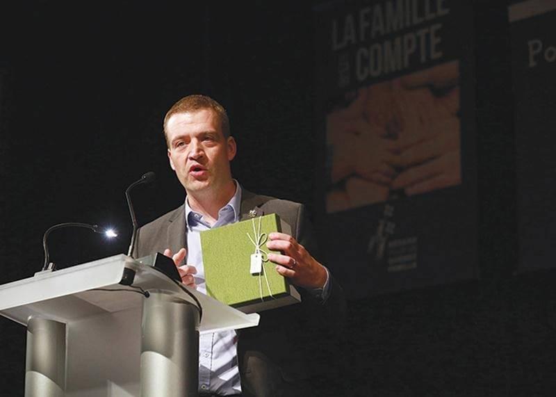 Le ministre de la Famille, Luc Fortin, a répondu lundi à plusieurs demandes retrouvées dans une boîte reçue lors d'une rencontre avec la Fédération québécoise des organismes communautaires Famille.