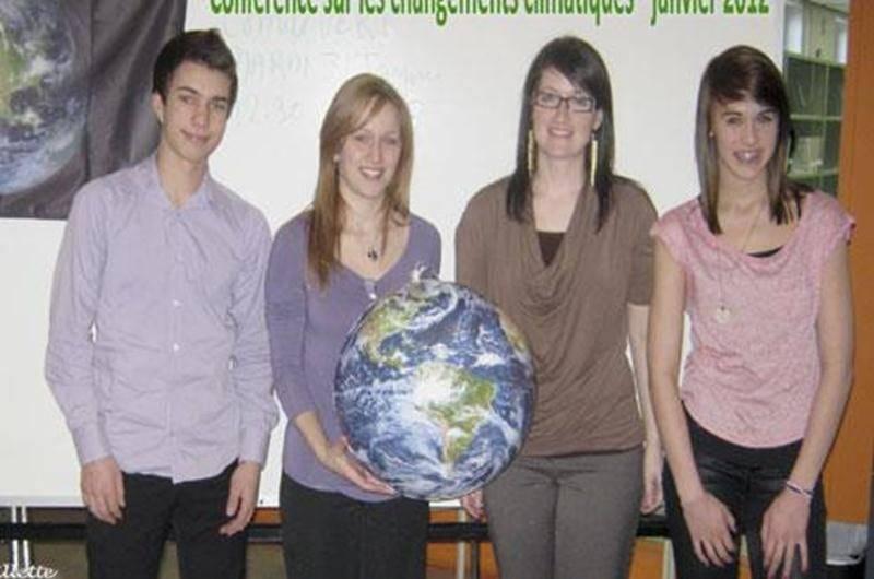 Dans le cadre du cours de sciences de 1re et 2e secondaire, tous les élèves du Collège Antoine-Girouard ont assisté à la conférence donnée par Audrey Dépault, de l'organisme Réalité Climatique Canada. La conférencière a abordé et expliqué la préoccupante réalité des changements climatiques. Le contenu de la présentation a permis d'enrichir la culture scientifique des élèves et ainsi parfaire les notions abordées en classe sur le thème des énergies. Les élèves ont pu constater que l'un des plus g