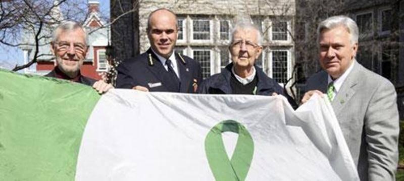 Le maire Claude Bernier en compagnie de Daniel Dubois, chef du service de Sécurité incendie, Charles Saint-Pierre et Richard Tremblay, membre du conseil d'administration de Transplant Québec.