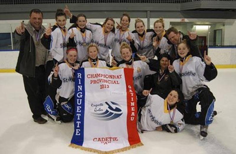 L'équipe maskoutaine de ringuette cadette A avec la bannière de championnes de la province, leur permettant de participer au Championnat de l'Est canadien.