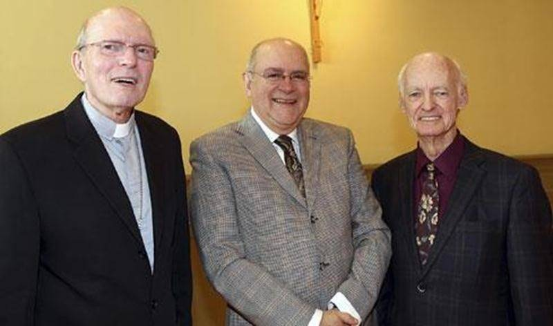 Mgr François Lapierre, évêque de Saint-Hyacinthe est accompagné du président d'honneur, Normand Laurin, de Servirplus et Jacques Bilodeau, directeur général de la Fondation du diocèse de Saint-Hyacinthe.