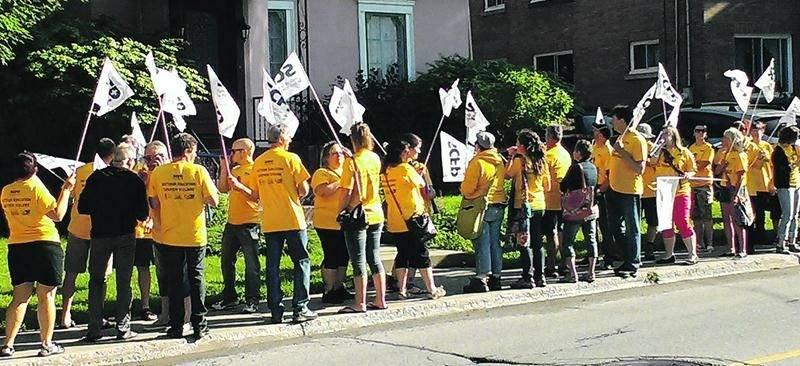 Les employés de soutien ont manifesté devant la résidence du président de la CSSH.  Photo courtoisie
