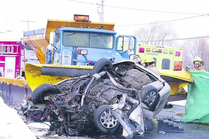 Les images témoignent de la violence de la collision entre la voiture et la déneigeuse. Photo Dominique St-Pierre