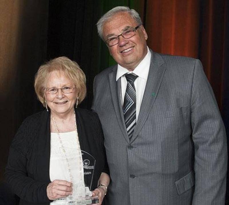 Sur la photo on aperçoit Hélène Chevrier Miron, lauréate du prix Coup de chapeau, et Robert Robert Jr, président de la Société d'agriculture de Saint-Hyacinthe.