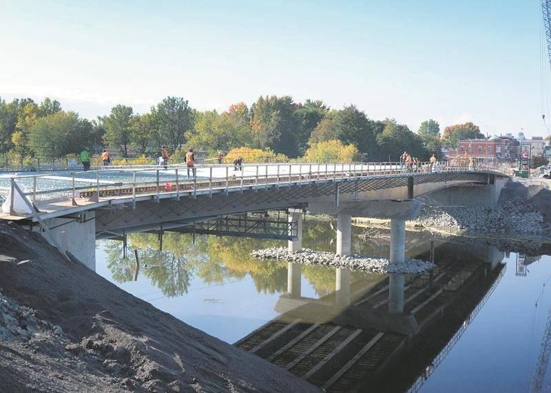 La reconstruction du pont Bouchard entre dans ses dernières étapes. Le coulage du tablier de béton du nouveau pont sera entrepris sous peu. Photo François Larivière   Le Courrier ©