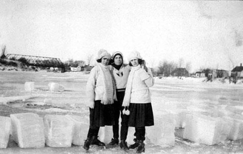 Quelques patineurs sur la rivière Noire à Saint-Pie, vers 1920. Archives CHSH.