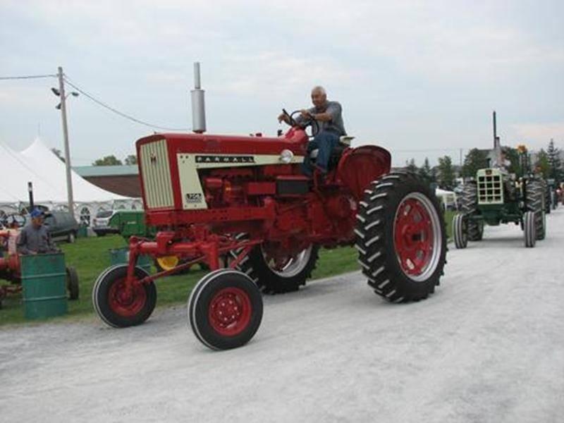 La parade de tracteurs est l'une des nombreuses activités au programme du Week-end rouge organisé au Parc des Salines.