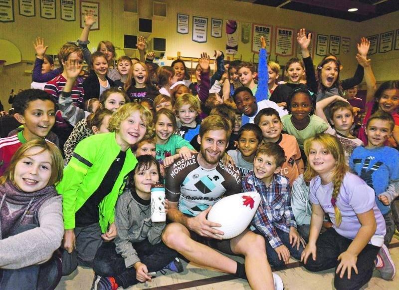 Hugo Houle s'est montré très généreux avec les élèves de l'école Bois-Joli-Sacré-Coeur lors de son passage le 11 novembre. Photo François Larivière | Le Courrier ©