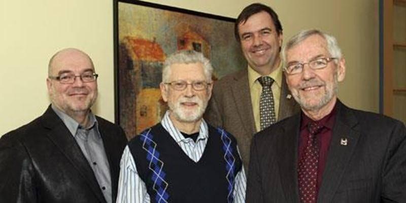 De gauche à droite : Michel Robidoux, directeur du service des Loisirs; Normand Ménard, candidat au Prix Claude Marchesseault; Louis Bilodeau, directeur général, Ville de Saint-Hyacinthe et Claude Bernier, maire.