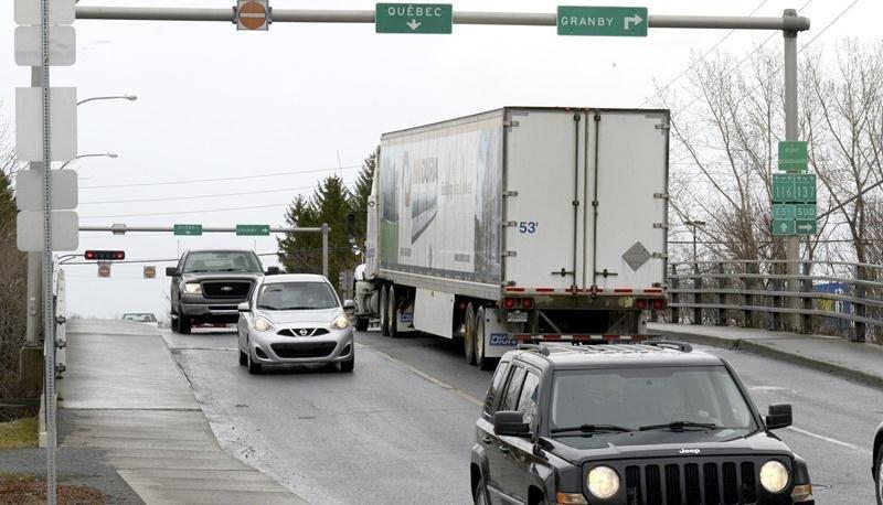 Jusqu'à nouvel ordre, le pont Bouchard demeure interdit au trafic lourd. Photo François Larivière | Le Courrier ©