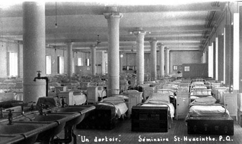 Un des dortoirs du Séminaire de Saint-Hyacinthe vers 1911 (Archives CHSH).