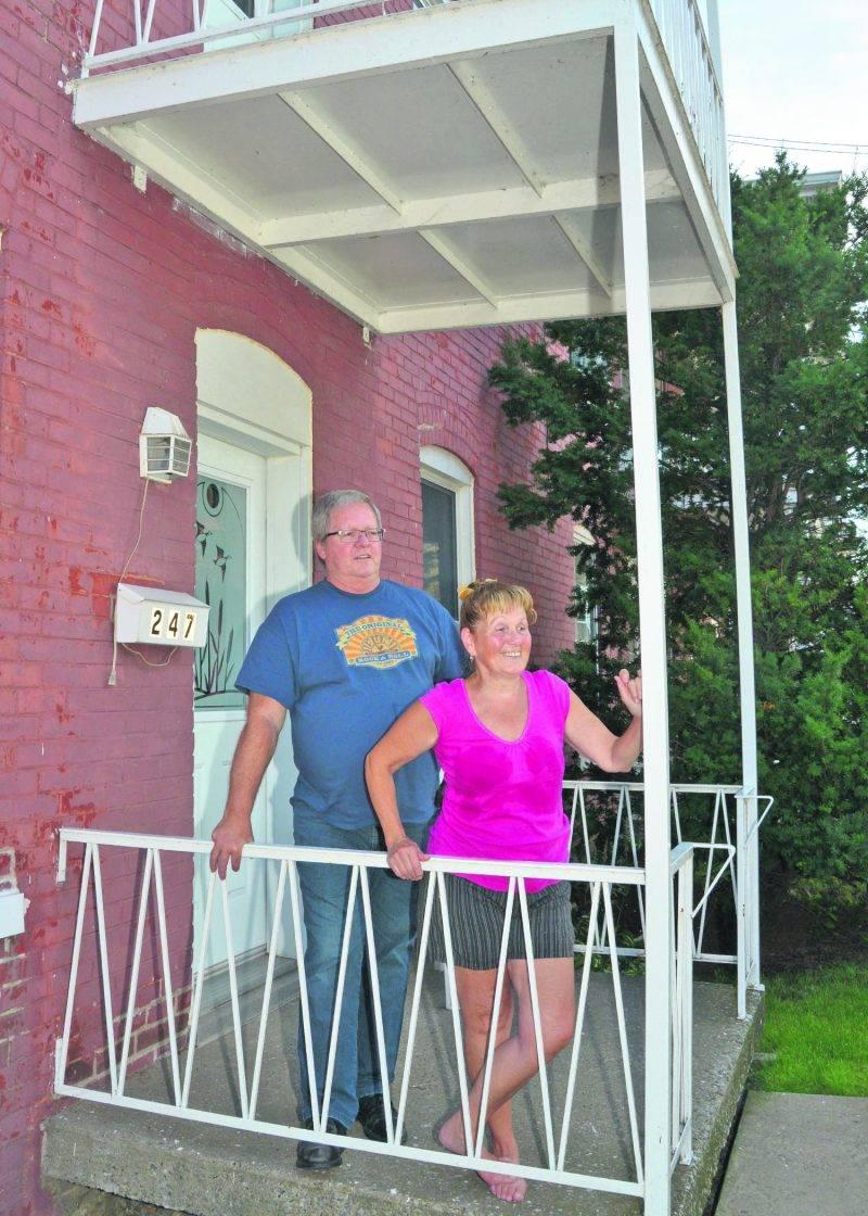 Mario Jodoin et Maryse Poirier devant leur maison du 245-247, avenue Saint-François.   Photo François Larivière | Le Courrier ©