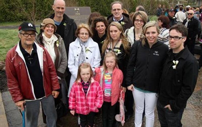 Le président-directeur général et fondateur de Mira, Éric Saint-Pierre, ainsi que la famille et les proches de Gaétan Girouard. À l'arrière, la plaque commémorative du parc.