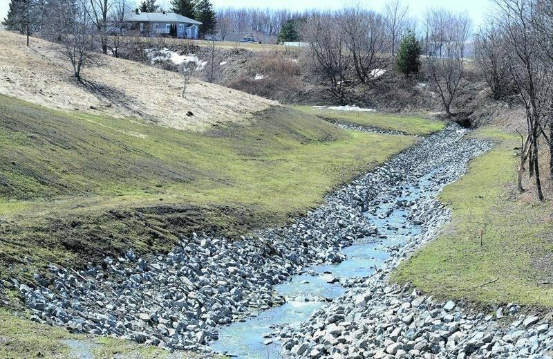 Plus de 90 000 tonnes de pierre auront été utilisées au cours des cinq années de travaux de stabilisation des berges de la rivière Salvail et de ses affluents. Le dernier chantier sera lancé ce printemps.