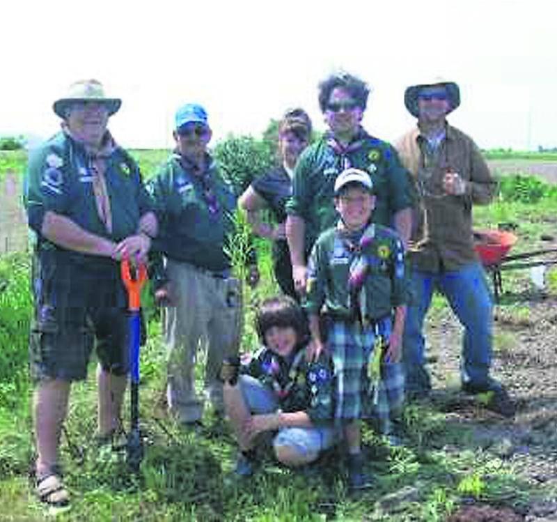 Des scouts ont apporté leur aide pour planter plus de 900 boutures d'arbustes sur le terrain qui appartient aux Soeurs de la Charité sur la rue Des Seigneurs Ouest.