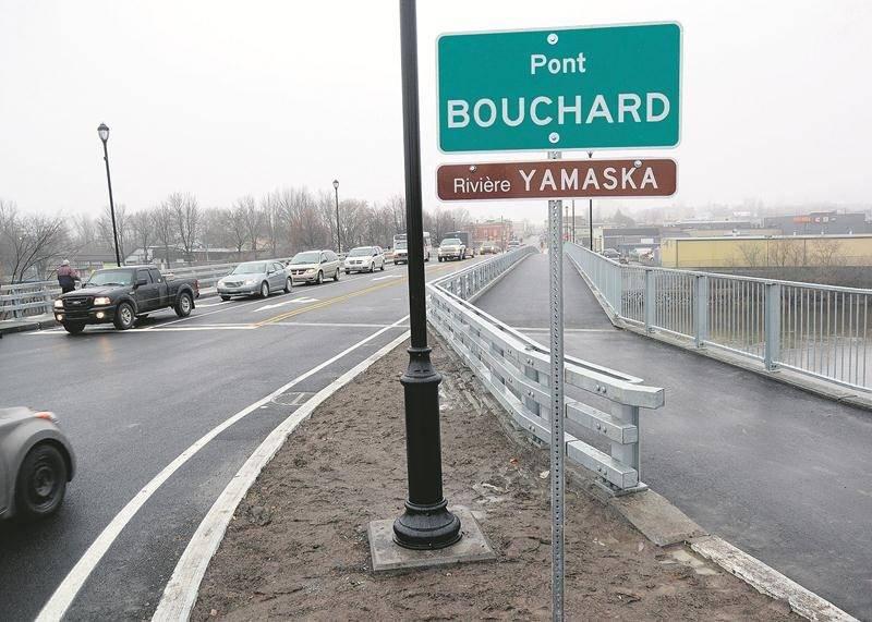 Le nouveau pont Bouchard a été ouvert à la circulation lundi soir, au grand bonheur de milliers d'automobilistes et de camionneurs.  Photo François Larivière | Le Courrier