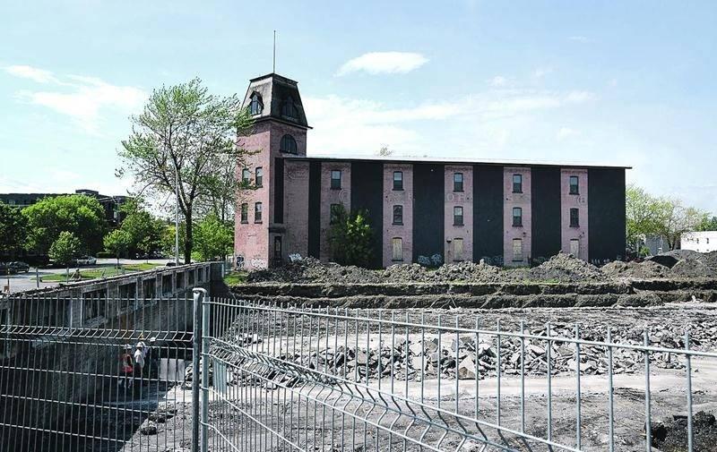L'ancienne manufacture E.T. Corset, au coin de Laframboise et Delorme, est voisine du site Goodyear, où les travaux de réhabilitation du terrain ont repris. Photo François Larivière | Le Courrier ©