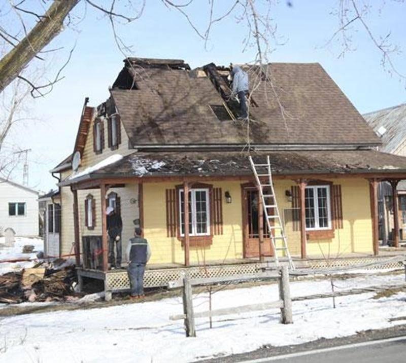 Plus d'une vingtaine de pompiers ont répondu à un appel pour un feu de cheminée dans une résidence du rang Salvail Nord à La Présentation dimanche soir. Les pompiers ont reçu un appel vers 20 h 45 pour combattre les flammes qui se propageaient rapidement au toit et aux murs de la demeure. Les sapeurs ont dû créer une ouverture dans le toit pour y parvenir. Les dommages sont évalués à 100 000 $. La maison est barricadée pour le moment, les dommages étant importants.