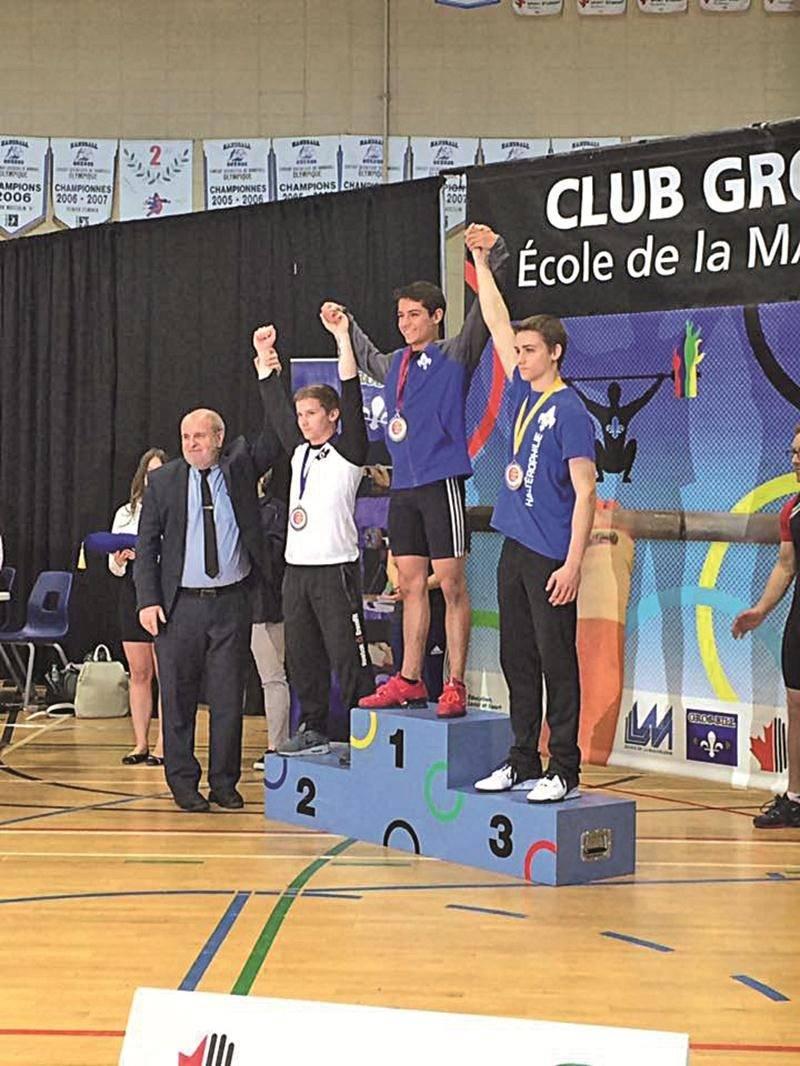 Chez les garçons, Matt Darsigny (au centre) s'est illustré en remportant la catégorie des 62 kg. Il est monté sur le podium en compagnie d'un autre membre de la Machine Rouge, Maxime Caouette (à droite). Photo Facebook
