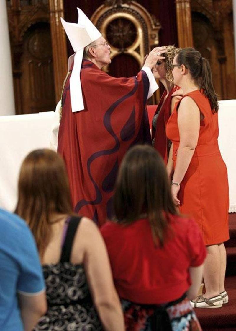 À la cathédrale de Saint-Hyacinthe, en ce dimanche de la Pentecôte, le 8 juin, plus de 60 jeunes adultes ont reçu l'onction de confirmation par Mgr François Lapierre, évêque du diocèse de Saint-Hyacinthe. Mgr Lapierre se réjouit de voir tous ces jeunes adultes témoigner de leur foi et de leur engagement aujourd'hui.