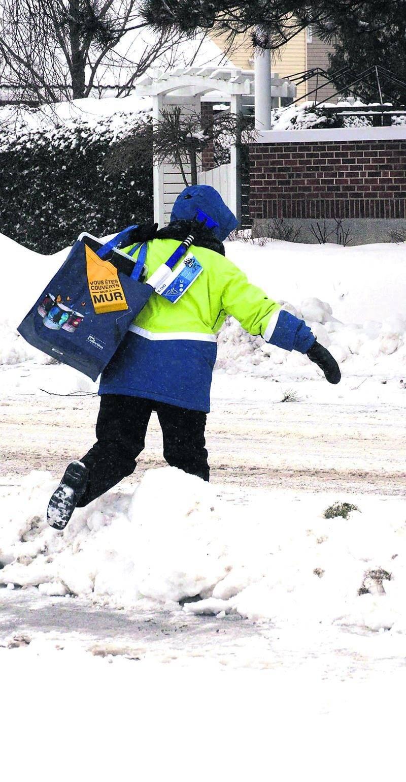 Le verglas et la neige qui se sont abattus sur la région cette fin de semaine ont causé des maux de tête à bien des automobilistes et des piétons.  Photo François Larivière | Le Courrier ©