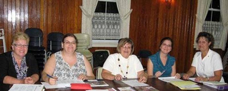 Sur la photo on aperçoit, de gauche à droite, les membres du nouveau conseil d'administration : Marie-France Racine, communications; Sylvie Ledoux, secrétaire-trésorière; Lise Charbonneau, présidente; Karine Melançon, dossiers; et Chantal Beauvillier, arts textiles.
