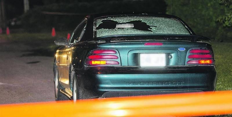 Avant de foncer sur les piétons, Steven Anderson a fracassé la vitre arrière d'une autre voiture stationnée en bordure de la route. Photo Bruno Beauregard