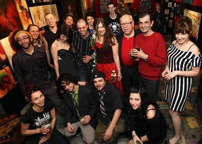 Victor Varacalli en compagnie des artistes de l'exposition organisée dans le cadre de l'ouverture officielle qui a eu lieu le 3 mai.