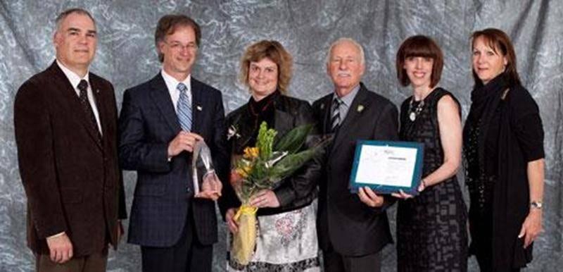La directrice de l'école Henri-Bachand, Joëlle Lanoie (au centre), a été honorée par le Regroupement des commissions scolaires de la Montérégie.