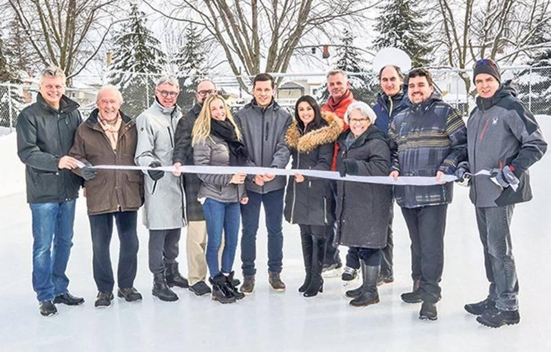 L'ex-hockeyeur Bruno Gervais a officialisé l'inauguration d'une patinoire en son nom avec la traditionnelle coupe de ruban.  Photo François Larivière | Le Courrier ©